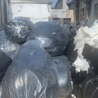 总有涤纶废料现货100吨,白色和黑色,可以开花造粒